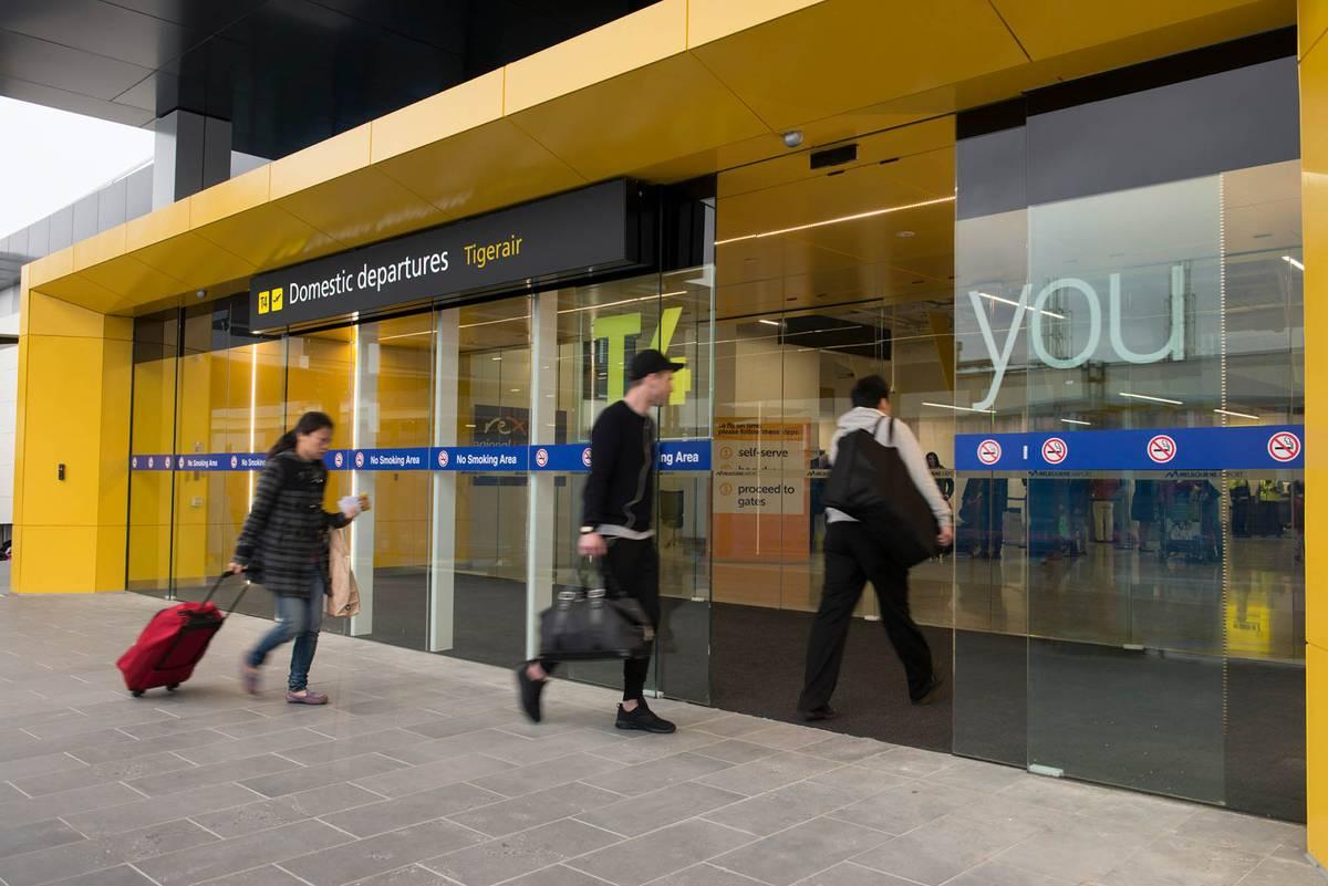 Вход в терминал внутренних вылетов в аэропорту Мельбурн