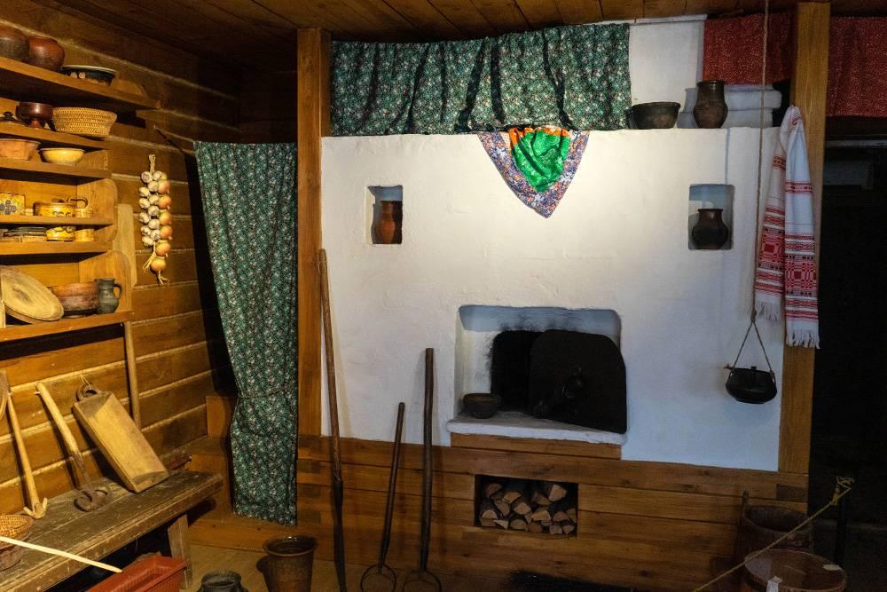 Уголок с печью в деревянной келье. Длямолодоженов в ней устраивают настоящее русское сватовство