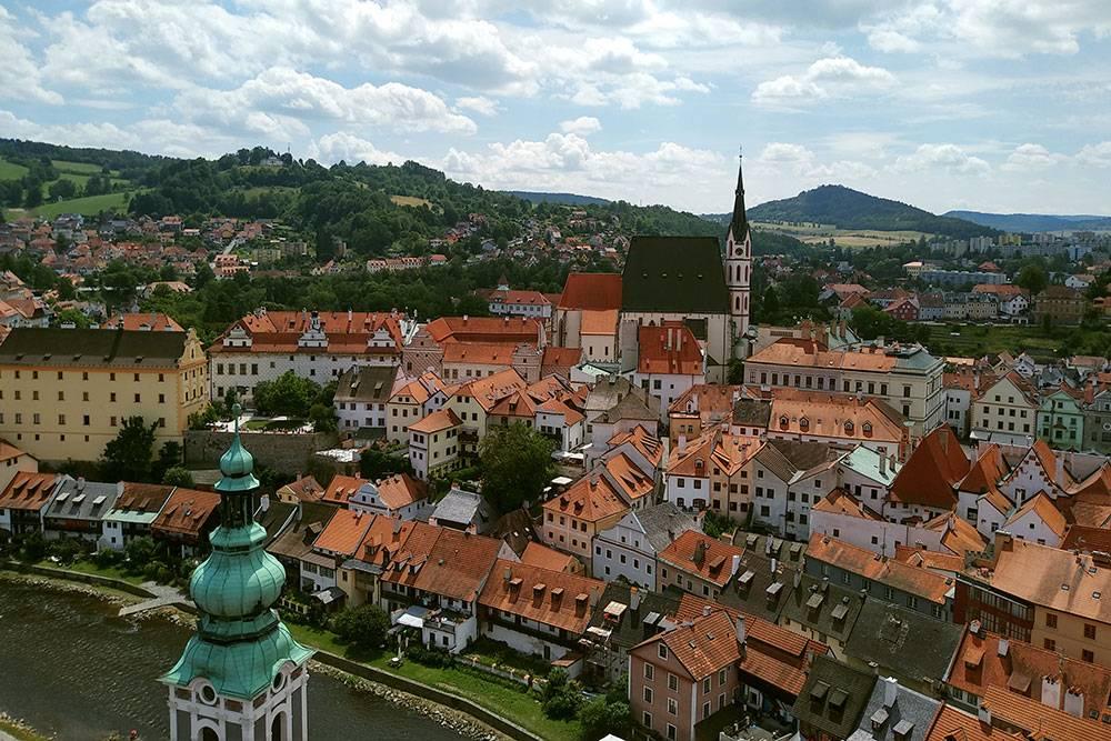 Вид на Чески-Крумлов с башни. Шпиль в центре — собор Святого Вита, туда пускают бесплатно. Удивительное сочетание маленького уютного городка и прекрасной природы