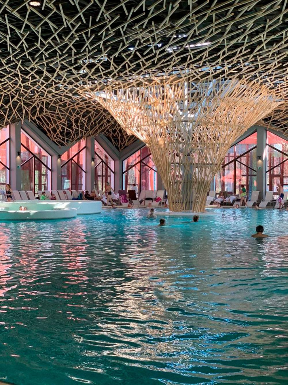 Обычно термальный курорт — это комплекс из отеля, источников и бассейнов с термальной водой