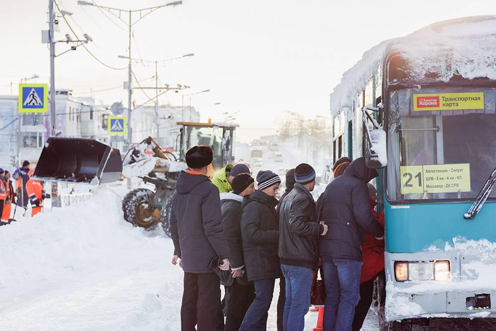 Судя по ответам чиновников, снег на тротуарах убирают в среднем за неделю после обращения