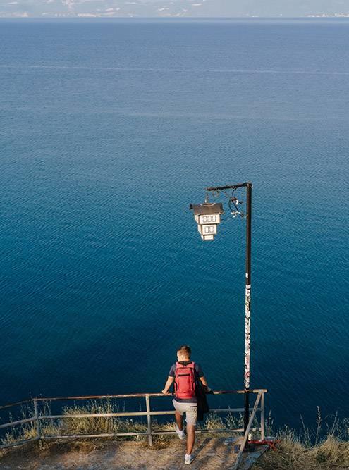 Со смотровой площадки у храма Святого Иоанна Богослова любуются панорамой Охридского озера