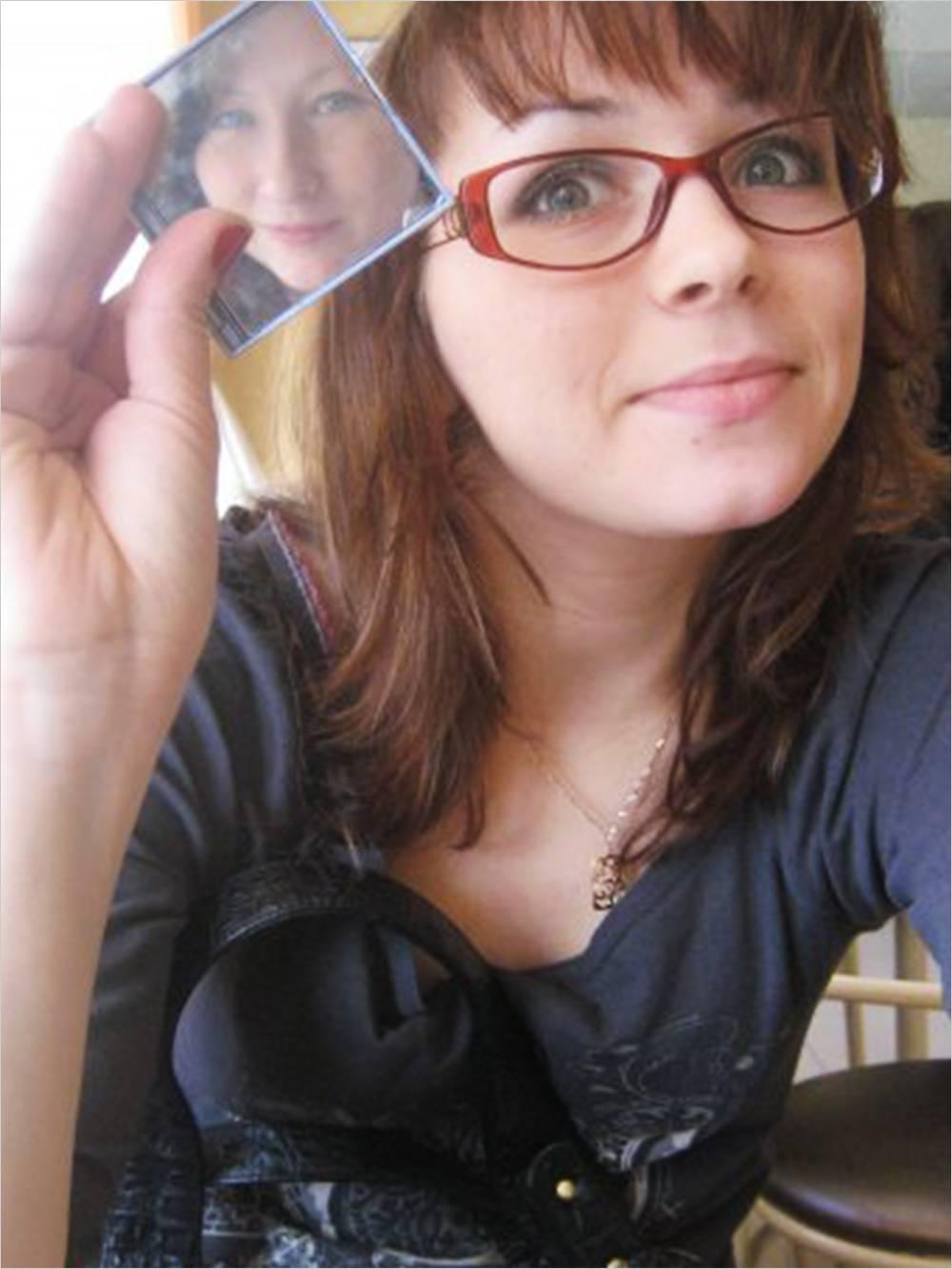 До операции. В отражении зеркала моя подруга Женя — она меня очень поддержала перед операцией