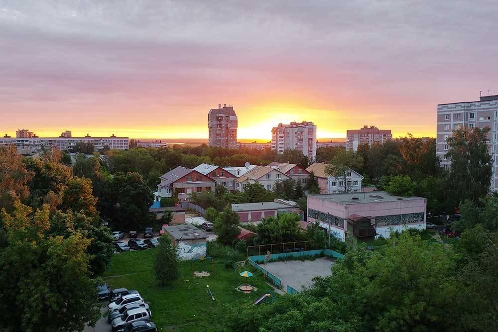 Вид из окна моей квартиры на восходе солнца. В поле зрения — перестроенный в коттеджи в 90-е годы детский сад. С левой стороны за деревьями две школы в 5минутах ходьбы. Вдалеке видна полоска Оки, пока ее еще не загородили новостройки