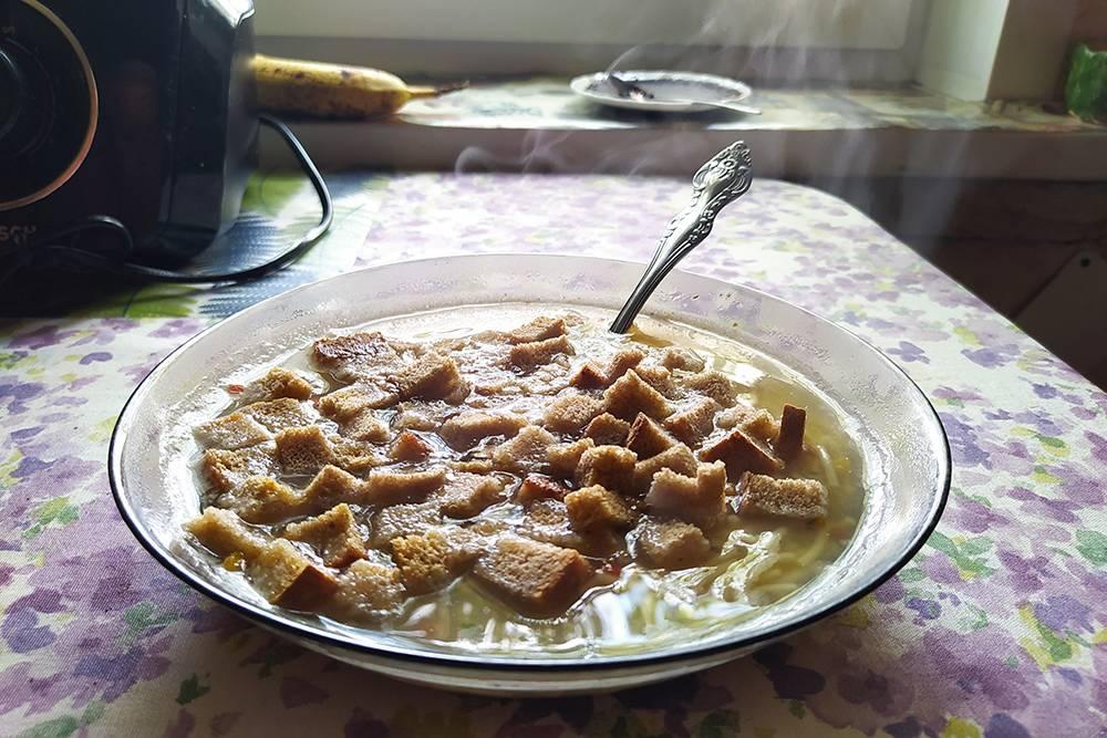 Суп вкуснее с сухарями. А сзади на окне стоит блюдце, в котором сохнет спитой кофе, или кофейный жмых. Использую его, чтобы поглощал запахи в холодильнике