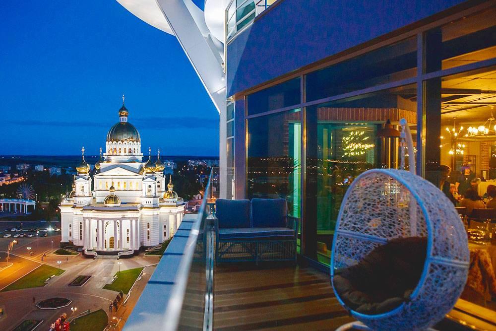 Балкон ресторана «Самовар» с видом на город. Фото: Денис Цыганов