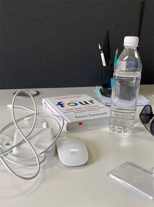 Вот такой вот «порядок» на рабочем столе в офисе. Книгу TheFour я тоже взяла в офисной библиотеке
