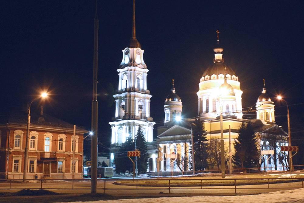 Спасо-Преображенский собор в центре Рыбинска. По-моему, особенно торжественно он выглядит ночью. С 1982 по 1999 год в здании собора был городской архив, но потом его передали православной церкви и в нем проводят богослужения