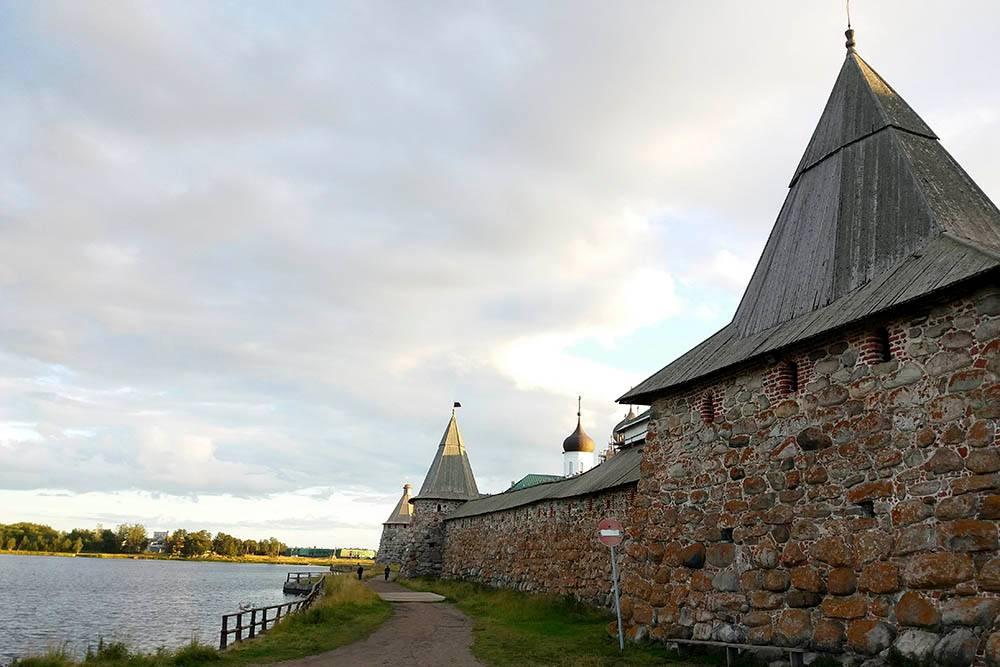 Соловецкая крепость сооружена из огромных валунов. Самый тяжелый камень в кладке весит 11 тонн