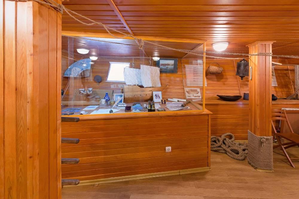 Зал, посвященный Резанову. Тут есть и некорабельные атрибуты — белые розетки и радиаторы. Источник:kkkm.ru