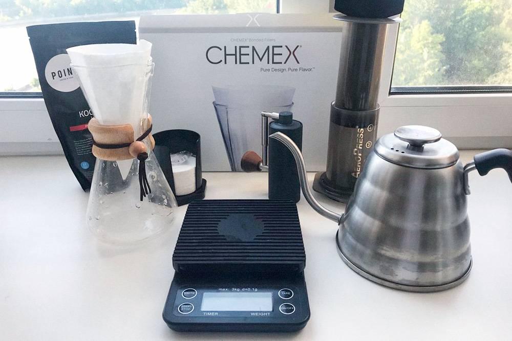 Мой домашний набор из кемекса, аэропресса, весов, чайника, кофемолки, фильтров и кофе. Весь набор без&nbsp;кофе обошелся мне в 16 600<span class=ruble>Р</span>