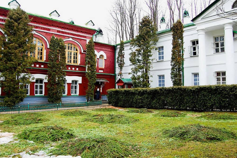 Территория Псково-Печерского монастыря очень нарядная, красочная. Источник:IgorShubin/Pixabay
