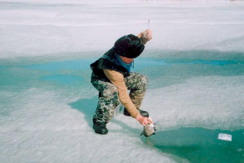А вот зимой рыбаку придется провести несколько часов на льду. Такчто понадобятся и теплая одежда, и специальное снаряжение