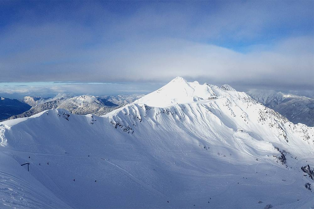 Это вид с самой высокой точки Розы Пик на «Розе Хутор». Вдали видна верхняя станция канатки «Альпики»