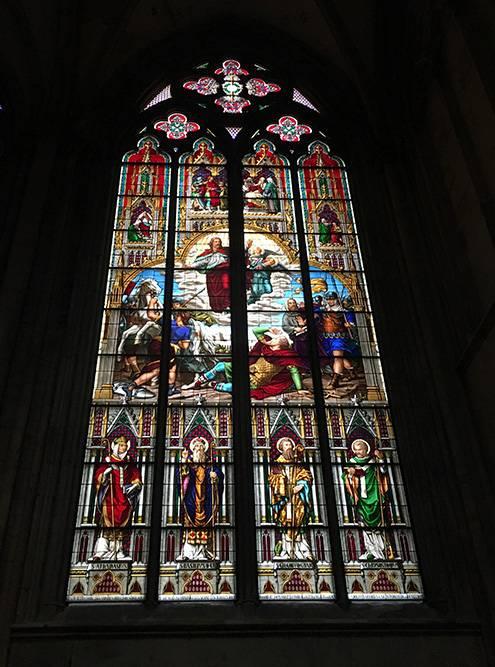 В соборе красивые витражи, даже трудно поверить, что это стекло