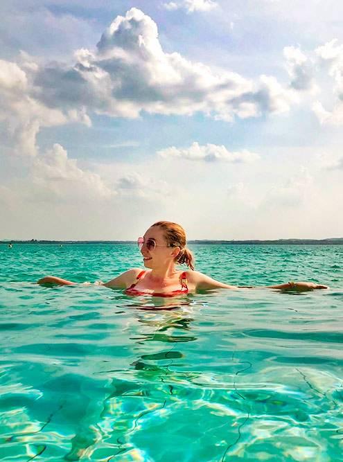 Вид на озеро из бассейна в термах. Дляэтой фотографии пришлось залезть в единственный бассейн с холодной водой — прямо у выхода из сауны