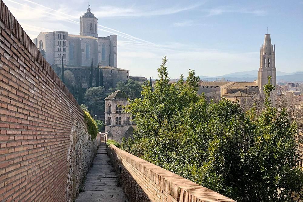 Северный участок городской стены с видом на кафедральный собор, монастырь Святого Петра и базилику Святого Феликса