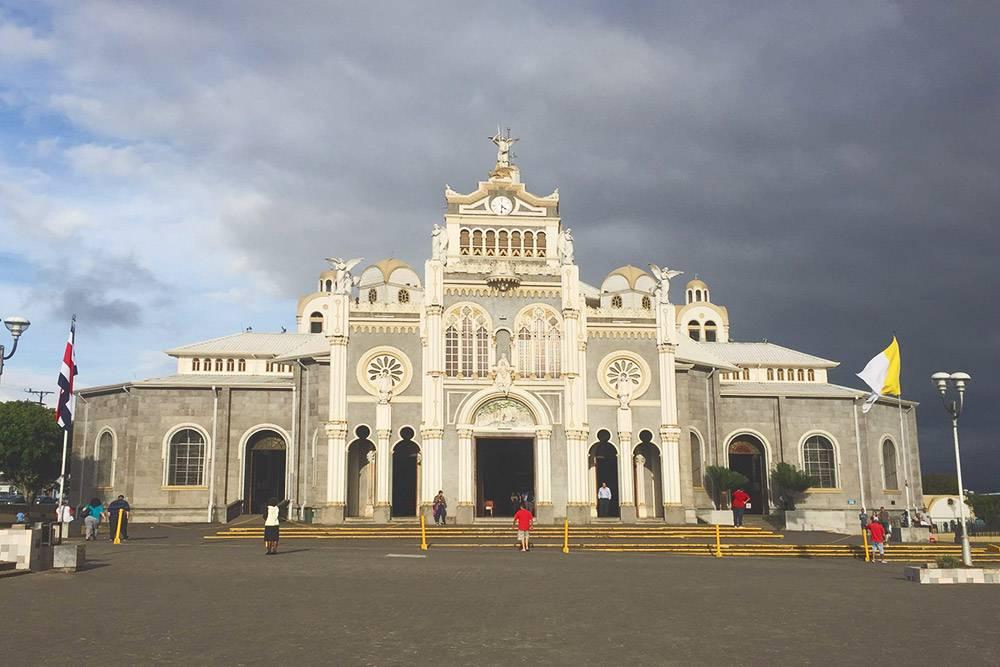 В Коста-Рике можно идти по невзрачному городу с низкоэтажной застройкой, обшарпанными зданиями и разбитым асфальтом и внезапно наткнуться на шикарную церковь. Это собор Богоматери в Картаго — городе у подножия вулкана Ирасу