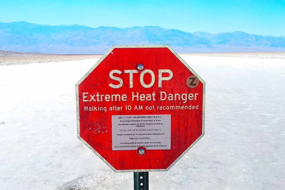 Этот знак установлен на локации Badwater Basin в Долине Смерти. Там на разных языках говорится об опасности прогулок после 10 утра из-за экстремально высокой температуры воздуха