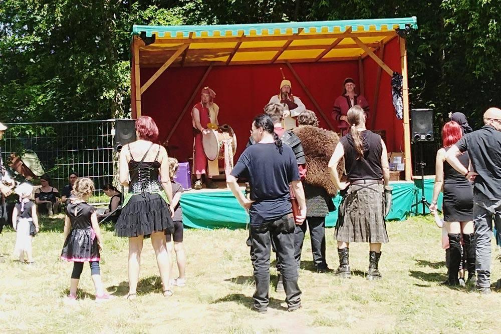 Днем на городских мини-сценах выступают народные иклассические ансамбли. Обычно они исполняют музыку встиле мидивал (medieval) ифолк