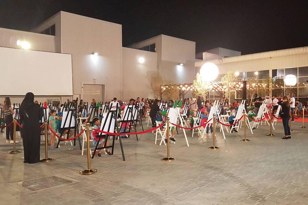 В арт-пространстве «Альсеркал» в индустриальной зоне Дубая проводят независимые выставки и разные мастер-классы — по живописи илилепке из глины. На фото — одно из детских занятий