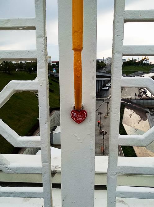 Повесить на перилах моста замок в форме сердца — традиция молодоженов