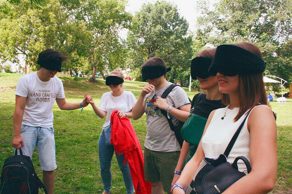 """В 2017году на фестивале «Пикник """"Афиши""""» тестировали выездной 20-минутный формат. Тогда случилась первая и единственная «снятая во время игры маска»: одна из зрительниц посреди игры вышла из шатра, прихватив свою подругу"""
