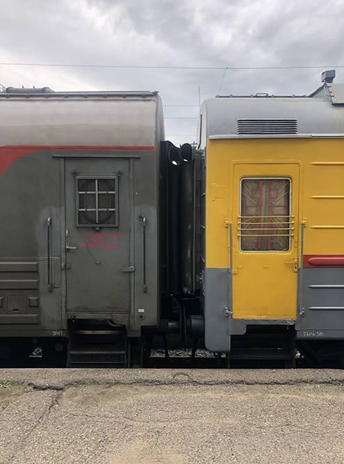 Вагон-тюрьма и вагон-церковь на вокзале Читы
