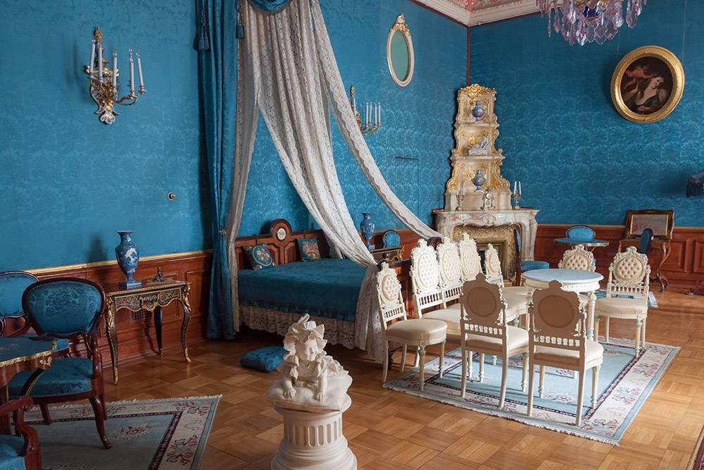 Парадные залы великолепны, но, на мой взгляд, жилые комнаты интереснее: в них понимаешь, как и чем жили обитатели дворца. Источник: natalya sterleva / Shutterstock