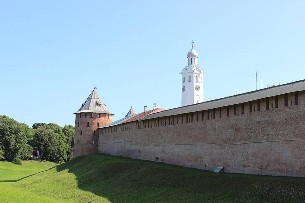 Со стороны парка Новгородский кремль окружен рвом, но воды в нем не бывает