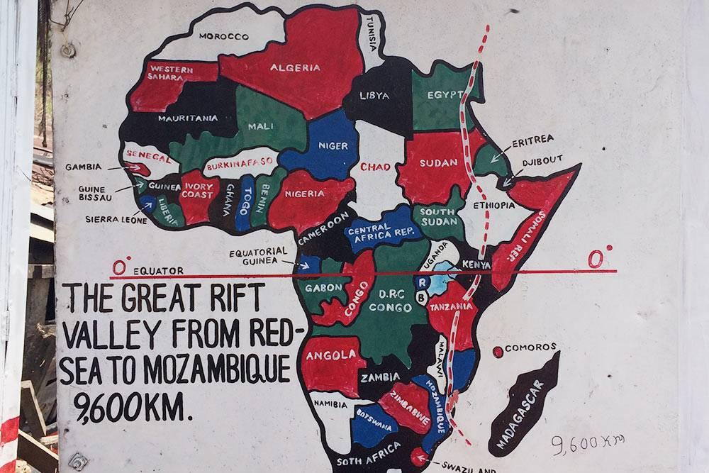 На смотровой площадке установлена схематическая карта Восточно-Африканской рифтовой долины