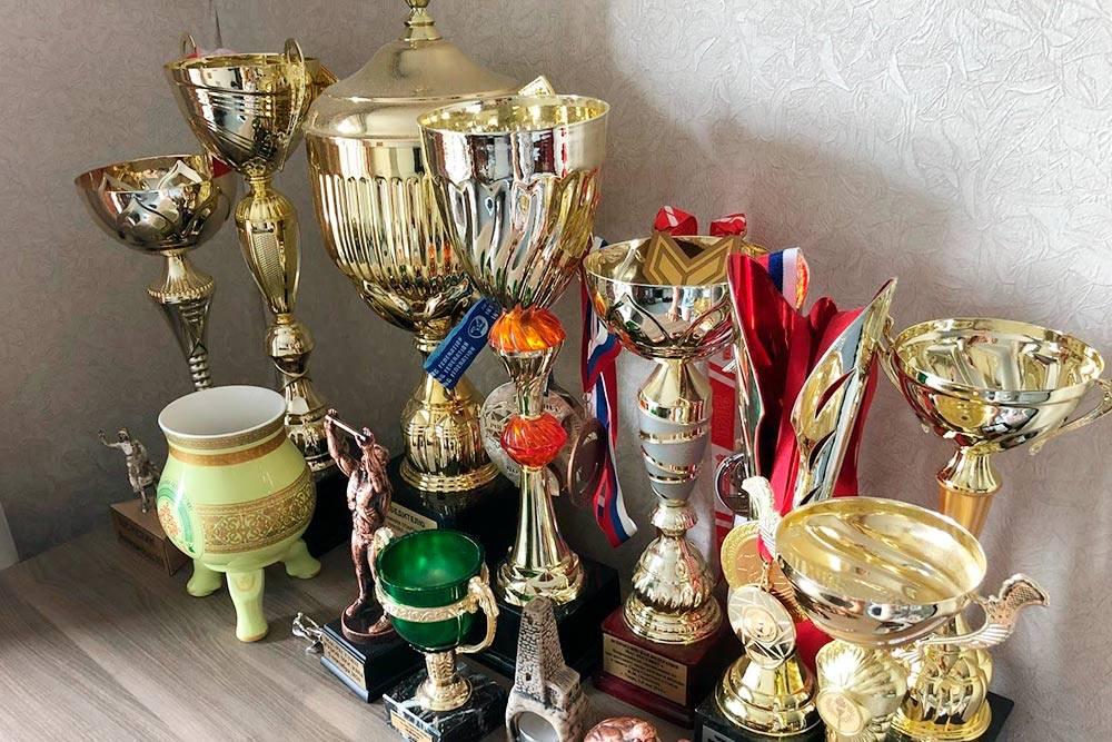 Часть моих наград — здесь только кубки и сувениры за первые места и самые важные для меня медали: с Кубка мира, чемпионата России и всероссийских турниров