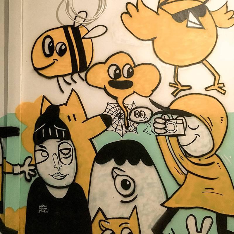 Все эти граффити находятся на черной лестнице, где ходит мало людей