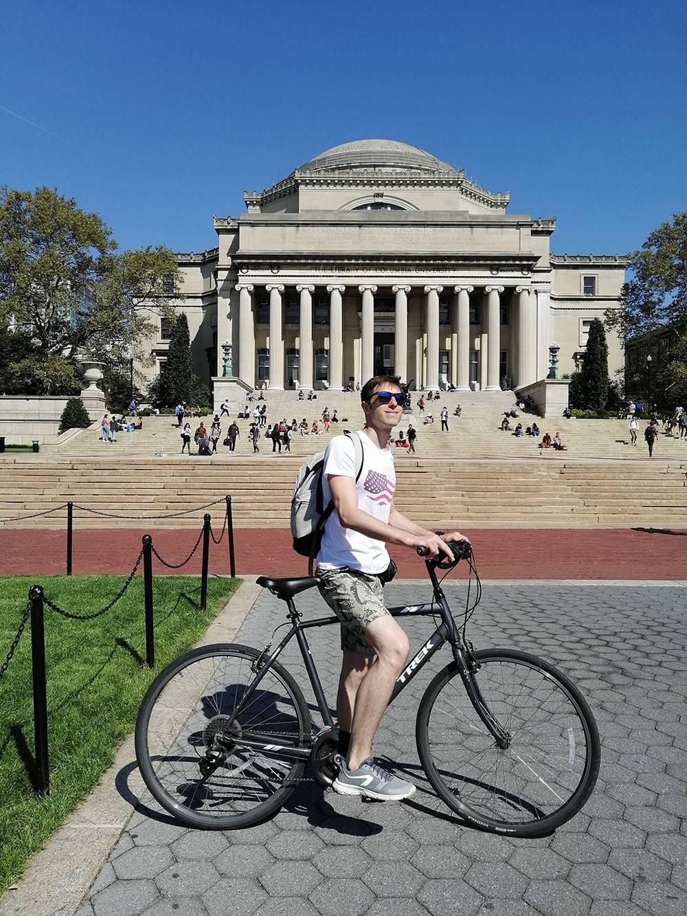 Обходить Центральный парк в Нью-Йорке пешком слишком долго, поэтому мы арендовали велосипеды. За 4 часа проката заплатили 40$. За это время успели объехать Центральный парк и ближайшие к нему улицы. Фото сделано у Колумбийского университета