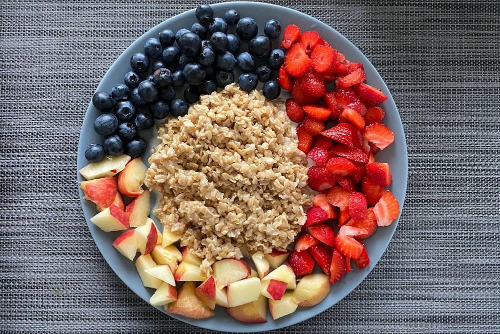 Я придерживаюсь правильного питания. Сегодня на завтрак каша с фруктами