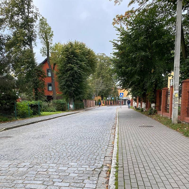 Улица в поселке Пионерский, где мы останавливались, напоминает тихие провинциальные улочки где-нибудь в Польше