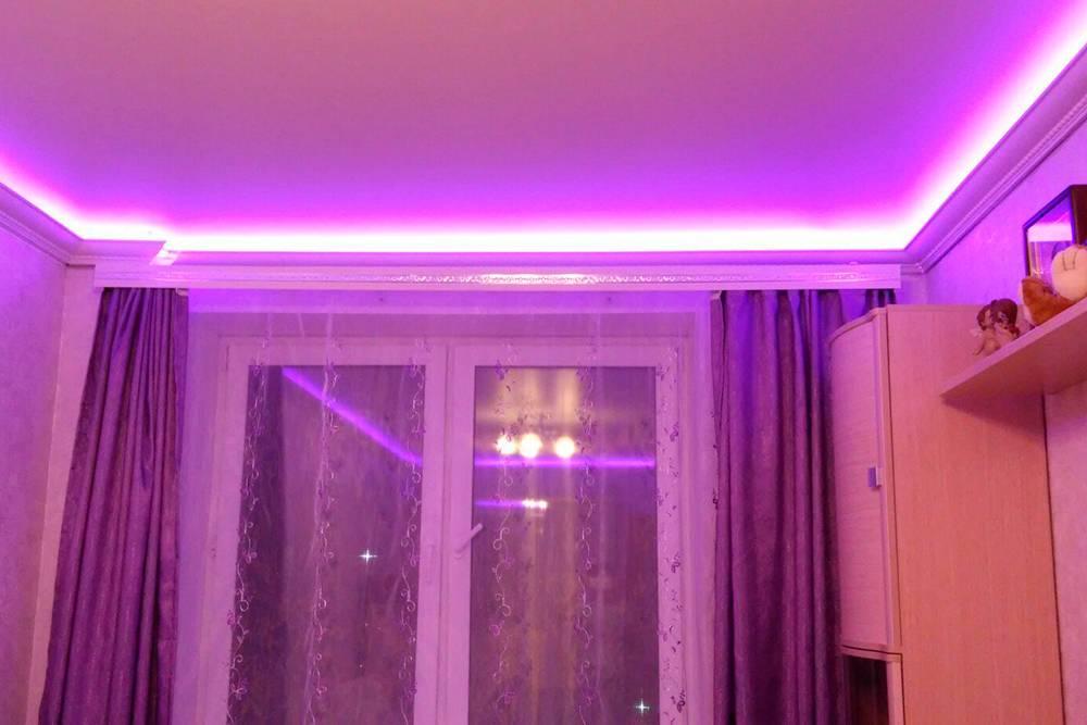 Мой муж сам прибил потолочные плинтусы и сделал за ними цветную подсветку