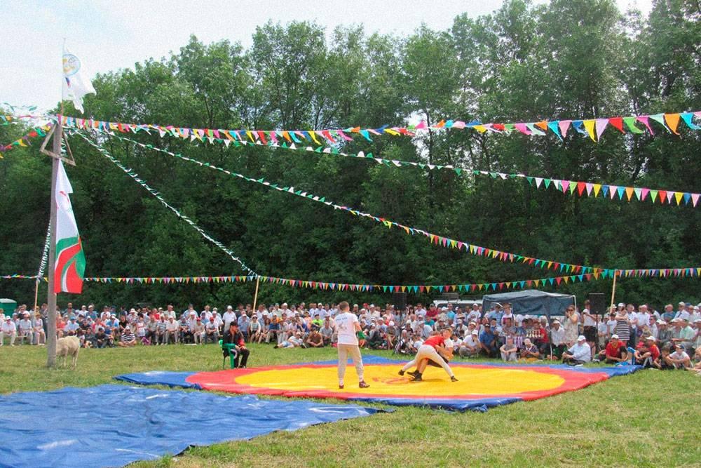 Соревнования по борьбе на поясах на татарском празднике Сабантуй