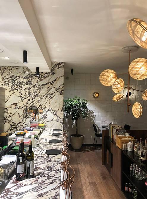 Эклектичная лампа в центре зала — украшение интерьера