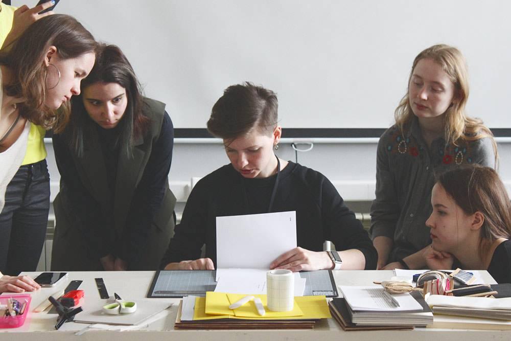 Урок сшивки книг длястудентов-фотографов BAPhotography в Британской высшей школе дизайна в 2017году