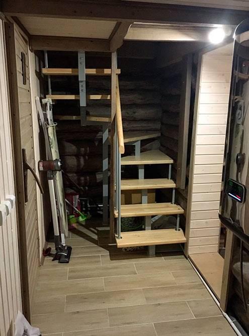 Лестница максимально компактная и удобна даже для ребенка