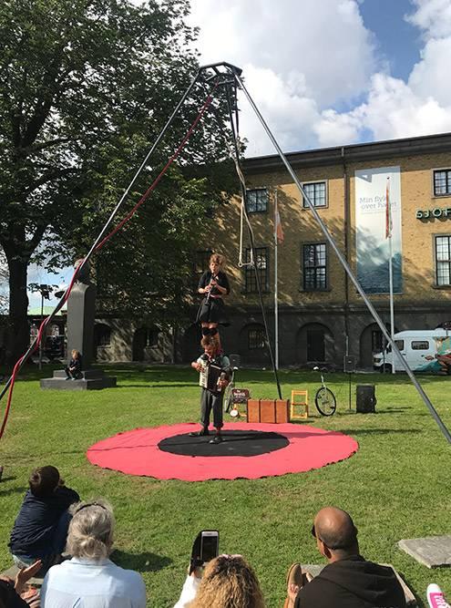 Выступления на Gothenburg Fringe Festival бывают внеобычных местах. Например, на газонах