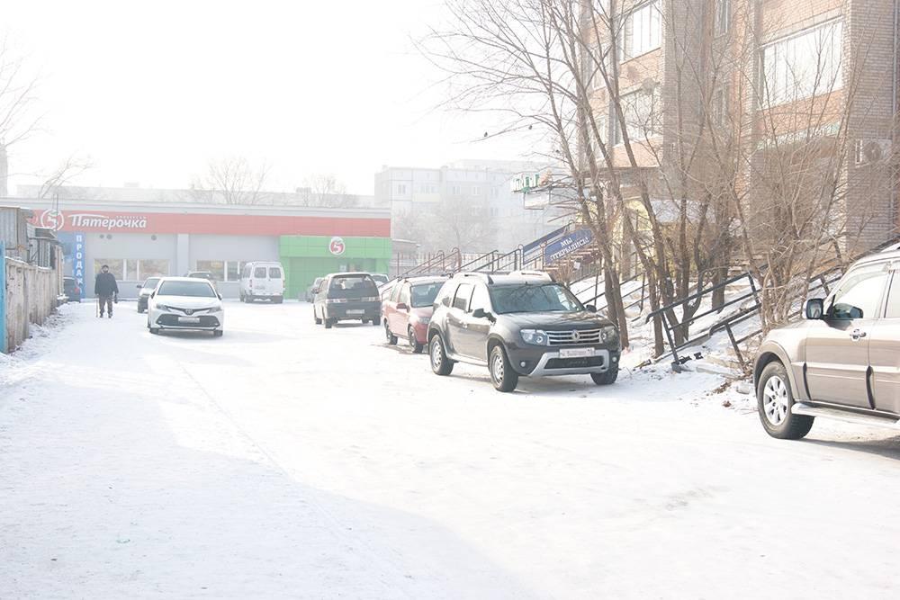 Узкая улица, одностороннее движение, машины паркуются с двух сторон, свободных мест на обочине нет. Отличное место дляавтоподставы
