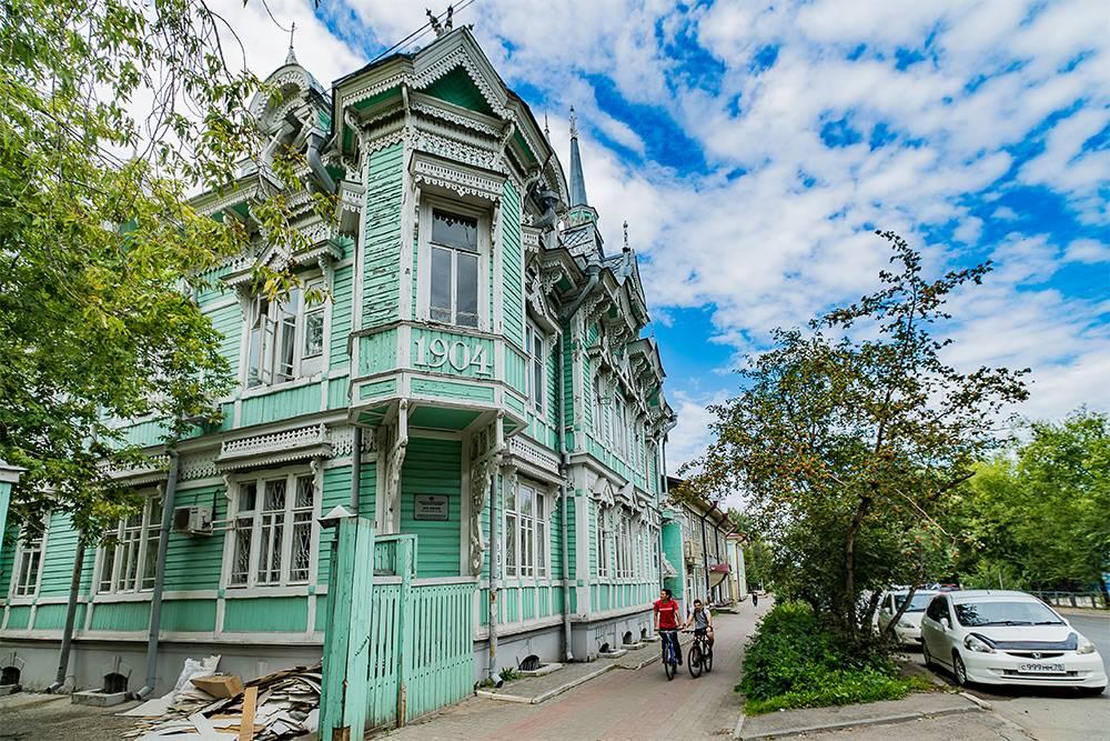 По легенде, именно этот дом изображен на обложке первого издания книги Александра Волкова «Волшебник Изумрудного города»