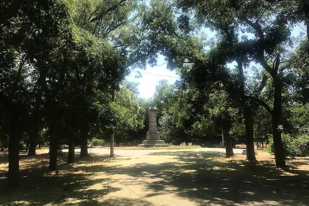 Парк за кладбищем. В центре — монумент защитникам Пятого бастиона