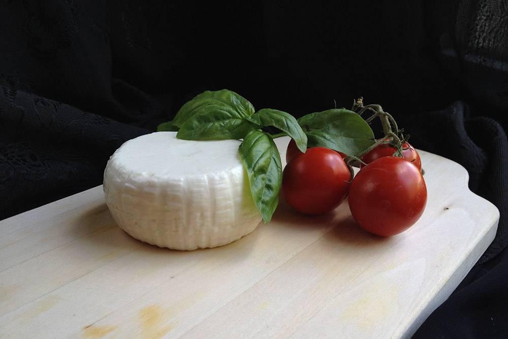 Моя брынза. Я зареклась ее готовить, хотя многие мои знакомые с курсов сыроваров — настоящие фанаты этого сыра