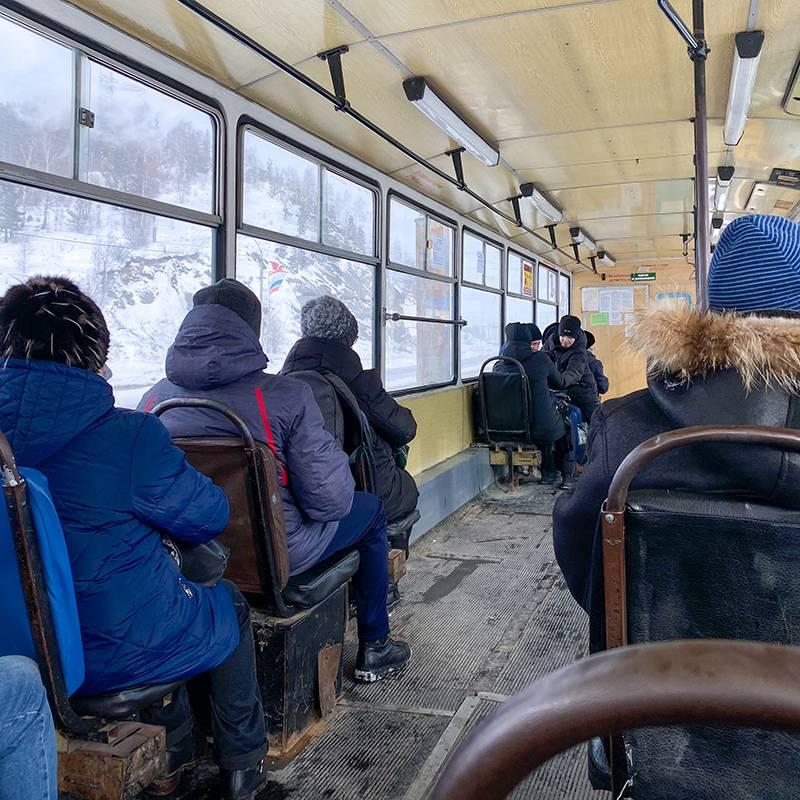 Днем в выходной в трамвае № 3 было мало людей. Иногда его сильно качало: приходилось держаться за поручни