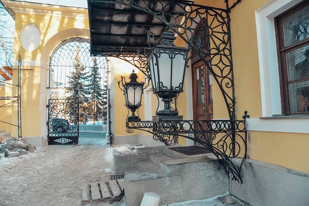 Крыльцо краеведческого музея — отдельная достопримечательность. Во дворе усадьбы до сих пор сохранилось дорожное покрытие из булыжника