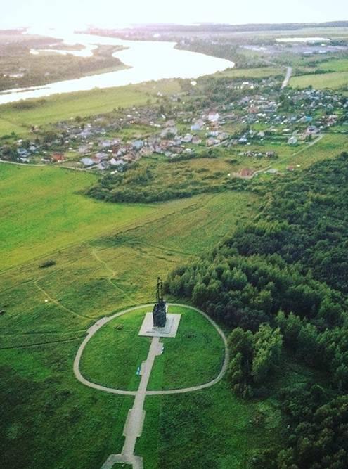 Памятник Александру Невскому и его дружине на горе Соколихе. Фото сделано как раз во время полета на параплане