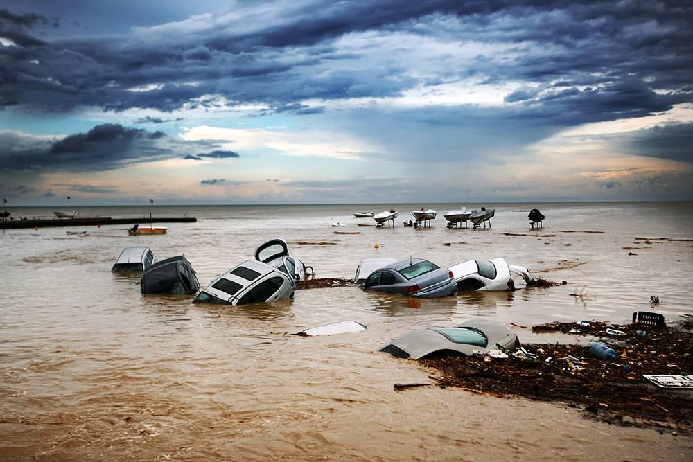 Когда потоки воды сносили автомобили в море, спасать их было опасно дляжизни. Источник: Celil Kirnapci / Shutterstock